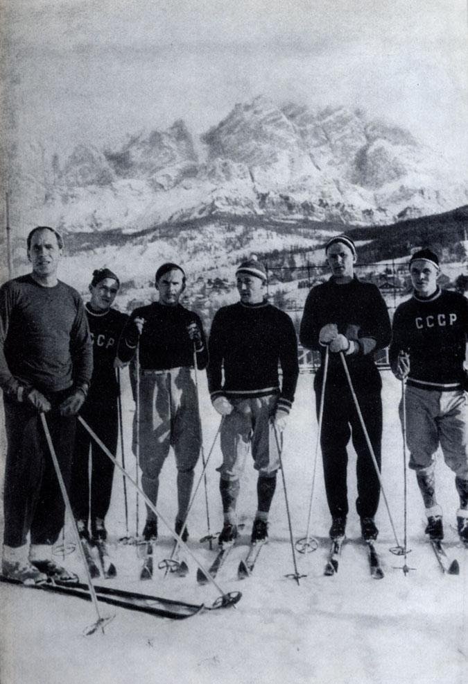 На предолимпийских соревнованиях в Кортина-д'Ампеццо, 1955. Слева направо: A.  Карпов, П. Колчин, B. Баранов, В. Кузин, Ф. Терентьев, Н. Козлов